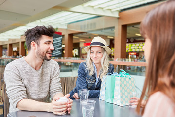 Gruppe Teenager Freunde redet miteinander