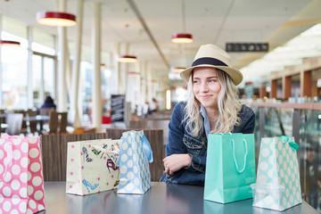 Blonder weiblicher Teenager lächelt zufrieden