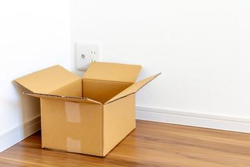 新築住宅の部屋とダンボール箱