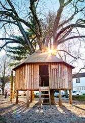 Baumhaus aus Holz auf Kinderspielplatz