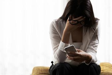 スマートフォン・頭を抱える女性