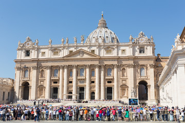 Pope Francis holds a General Audience on st. Peter's square filled with many pilgrims in Rome, Italy. Fotomurales