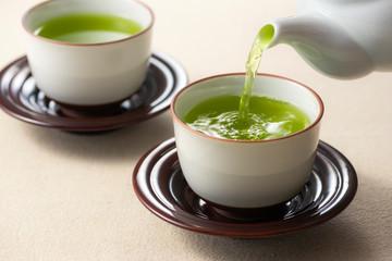 お茶を注ぐ