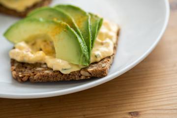 Avocado Eiersalat Brot mit Vollkorn Sonnenblumenkern und Kurkuma zum Frühstück