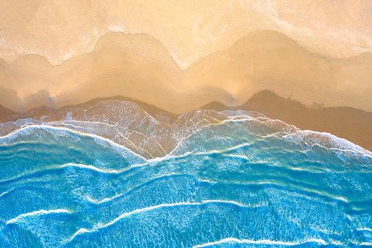 mare azzurro in spiaggia vista dall'alto
