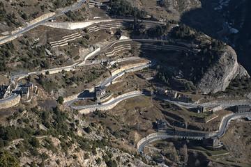 Carretera de montaña en Andorra. Montañas de los pirineos.