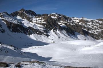 Montañas nevadas en la estación de esqui de Ordino-Arcalís en Andorra.