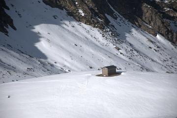Caseta en medio de la nieve. Montañas nevadas en la estación de esqui de Ordino-Arcalís en Andorra.