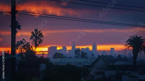 Fotobehang Sunrise above city of Los Angeles, zoom in on downtown skyline. 4K UHD timelapse.