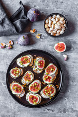 Bread with goat cheese, figs and pistachio