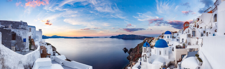 Foto op Plexiglas Blauwe hemel Beautiful panorama view of Santorini island in Greece at sunrise with dramatic sky.