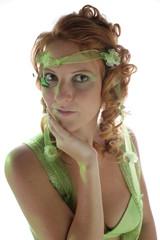 Frau rothaarig und grün