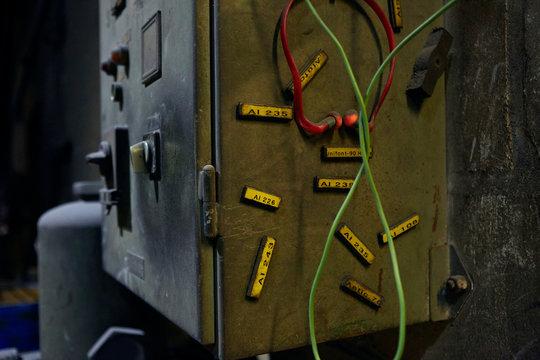 Detail einer Werkstatt mit Schrank und Hörschutz