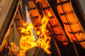 Flammlachs wird an Holzbrettern am Feuer gegart