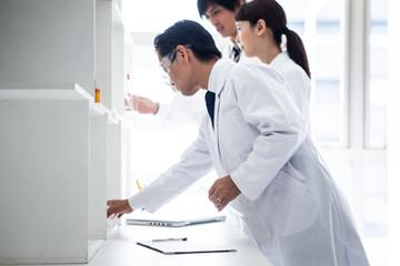 白衣の研究員が実験に取り組んでいる風景