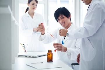 研究室で研究員達が実験を行っている