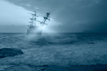 Foto auf AluDibond Schiff Sailing old ship in storm sea against amazing sunset