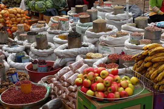 Angebot von Waren auf dem Straßenmarkt von Bulawayo in Simbabwe