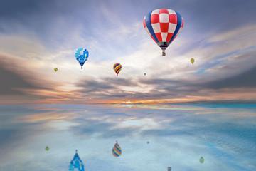 朝焼けの空をフライトする数機の熱気球。夢、ノンビリ,スローライフ、イメージ