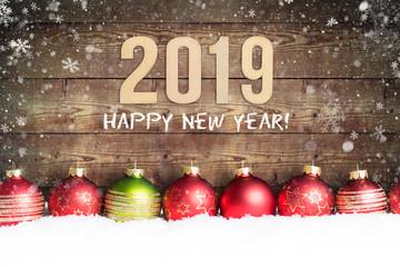 """Holzwand mit Aufschrift """"2019 - Happy new year!"""" und Weihnachtsdekoration im Schnee"""