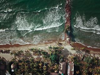 Fotografía aérea del mar en Coveñas, Sucre (Colombia)