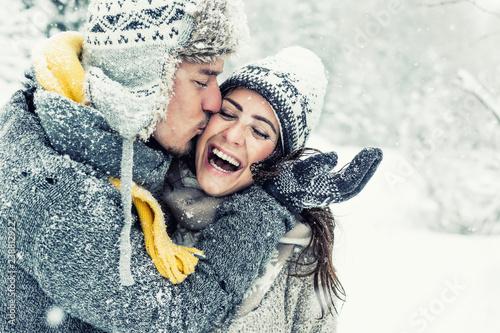 Happy Love Couple In Winter Stockfotos Und Lizenzfreie Bilder Auf