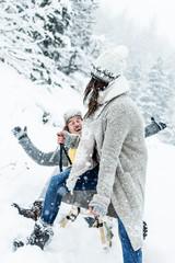 pärchen mit schlitten im winterurlaub