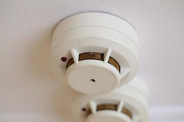 Спасение на пожаре. Автономный пожарный извещатель, установленный на потолке