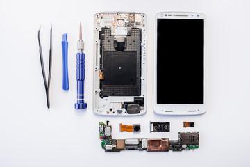 smartphone moderne en kit vue de haut éclaté