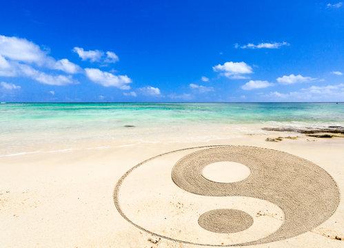 symbole yin yang sur plage de l'île Maurice