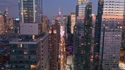 Fotomurales - Aerial drone footage of New York skyline along 42nd street canyon, at dusk, with pull back camera motion