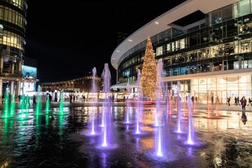 Piazza Gae Aulenti a Natale con albero