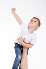 Kind spielt Superman auf Papas Hand