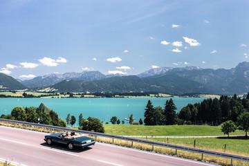 Forggensee im Allgäu, im Hintergrund das Ammergebirge und die Allgäuer Alpen, Bayern, Deutschland.