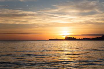 Coucher de soleil doré en Méditerranée