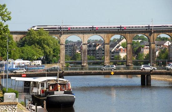 Ville de Laval, pont de l'Europe et viaduc de Laval, une péniche est amarrée sur les bords de la Mayenne, département de la Mayenne, France