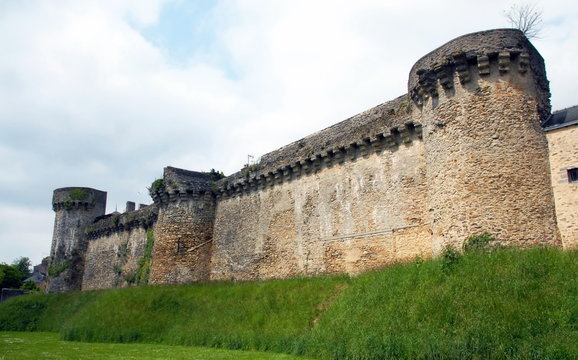 Ville de Laval, les remparts de la ville, département de la Mayenne, France