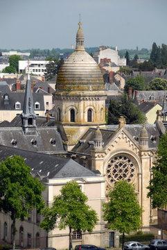 Ville de Laval, église et son dôme en centre ville, département de la Mayenne, France