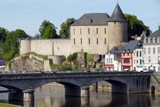 Ville de Mayenne, le château et le vieux pont qui enjambe la Mayenne, département de la Mayenne, France