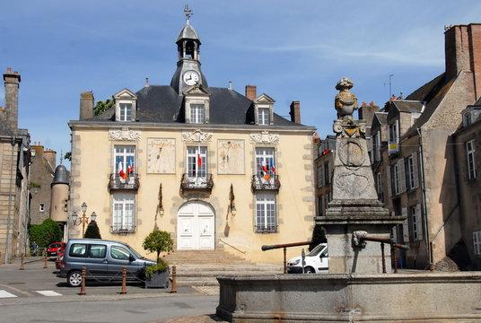 Ville de Mayenne, ancien Hôtel de Ville et la vieille fontaine place de Hercé, département de la Mayenne, France