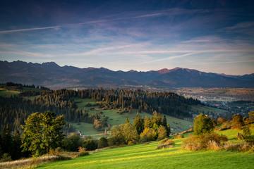 Piękny poranek w górach z wspaniałą panoramą