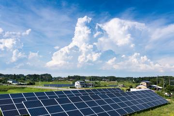 田舎の夏空の入道雲と太陽光発電ソーターパネル