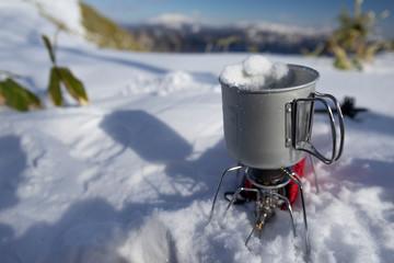 雪で湯を沸かす