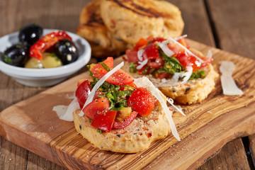 Pfannenbrot mit Tomaten, Pesto und Parmesankäse