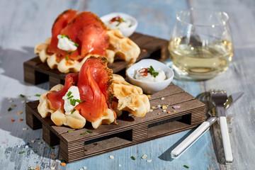 Gebeizter Lachs auf Kartoffelwaffeln