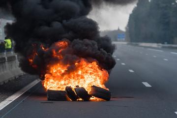 Manifestation - Feux de pneus sur autoroute