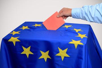 Europawahl, Wahlurne in die Stimmzettel eingeworfen wird