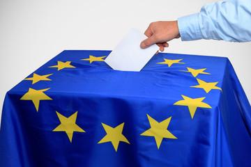 Europawahl, Wahlurne in die ein Stimmzettel eingeworfen wird