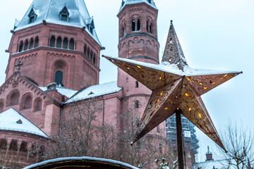 Mainzer Weihnachtsmarkt am Dom im Schnee