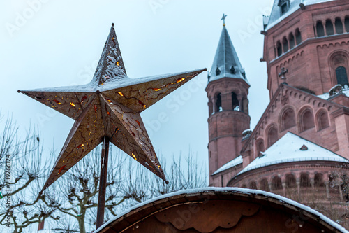 Mainzer Weihnachtsmarkt.Mainzer Weihnachtsmarkt Am Dom Im Schnee Stock Photo And
